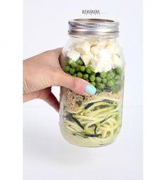 Une salade de cougettes, quinoa et petit pois dans une Mason jar