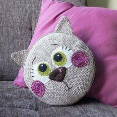 Katzen Kissen häkeln - crochet cat pillow - Tutorial with pictures. Gato Crochet, Crochet Diy, Crochet Home, Crochet Dolls, Crochet Simple, Crochet Mandala, Crochet Flowers, Crochet Cushions, Crochet Pillow