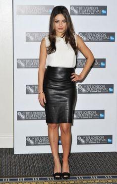 Mila Kunis  Klassisch in heller Bluse und schwarzem Pencil-Skirt. Copyright: Gareth Cattermole / Getty Images