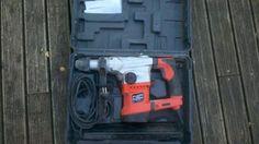 MARTEAU PERFORATEUR SDS+ 1 250 W - 4,6 J3 fonctions : perçage, burinage, perçage avec percussion. Poids : 5,3 kg. Vitesse à vide : 0 à 800 trs/min. Cadence de frappe : 0 à 2 700 cps/min. Perçage bois/métal/béton : 40/13/36 mm.  Anti-vibration.