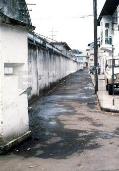 CIUDADES-EDIFICIOS-MURO: Malabo, (Guinea Ecuatorial), 20-8-1979.- Muro de la verguenza que mandó construir Macías en 1973, de 4 metros de alto, que delimita áreas circundantes al palacio presidencial. EFE/aa