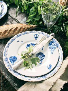 Till midsommar dukar vi med en romantisk tillbaka-till-naturen enkelhet. Nytt och gammalt porslin i blått och vitt är vackert till den grönskande bordsdekorationen.