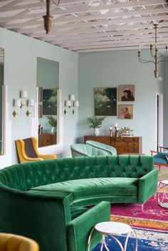 Green velvet sofa shaped in a half circle || @pattonmelo