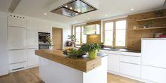 Weiße, zeitlose ewe Küche (c) Küchenstudio Laserer