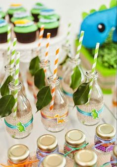 bouteilles décorées de motifs dinosaures - idée de déco anniversaire enfant