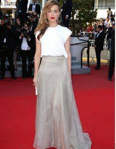 Le look d'Amber Heard était très sobre, mais efficace, avec un haut blanc basique et une longue jupe évasée et taille haute aux reflets d'or.  http://www.elle.fr/Cannes/Look-de-stars/Le-look-du-jour-de-Cannes-Amber-Heard-en-Vionnet-2706833