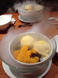 デザートにマンゴー仙草ゼリー ドライアイスがもくもく!