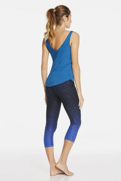 Your nighttime workout just got magical! Pick up the pace with our chafe-resistant and heat-control capris in a reflective Northern Lights print. Stay coordinated with our arctic blue Balm Tank that will cool you off when your body starts to heat up. | Winnipeg Outfit - Fabletics