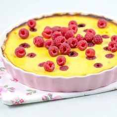 Värikkään rahkapiirakan täytteenä on raikkaita vadelmia ja mangososetta. Finnish Recipes, Sweet Pie, Something Sweet, Sweet Recipes, Baking Recipes, Tart, Sweet Treats, Cheesecake, Deserts