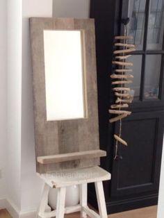 Spiegel van steigerhout met plankje.