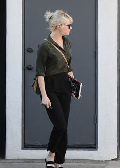 Emma Stone Shows Off Her New Platinum Blonde Hair: Photo Emma Stone steps out showing off her brand new platinum blonde hair on Tuesday (May in West Hollywood, Calif. Emma Stone Style, Emma Stone Casual, Emma Stone Street Style, Emma Stone Blonde, Estilo Emma Stone, Normcore Fashion, Rugged Look, Platinum Blonde Hair, Looks Cool