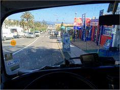 Im Hintergrund sind die Berge an der afrikanischen Küste zu sehen, rechts ein Ticketshop für die Fähre nach Marokko. Dummerweise sprang der VW Bus hier nicht mehr an. Natürlich im Parkverbot...