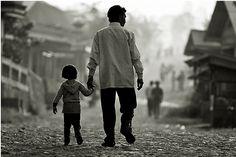 부녀 - 장지산(2013)  아빠는 고개 숙이면 안 되는 것 같습니다.    같이 있어 손잡아 주는 것 만으로도 이미 큰 존재입니다. 이 사진을 보면서 전형적인 한국 아버지의 모습이라 생각했다. 이 사진을 보면서 인순이'아버지'의 노래가 생각났는데 어느새 돌아보니 아버지의 등이 너무 작게 느껴졌다라는 것이다. 나도 저 사진의 꼬마처럼 저 때는 아버지가 위대해 보이고 항상 아버지 손만 잡고 함께 걸어 갔던 것 같다. 하지만 어느새 자라 아버지의 뒷모습이 자주 보이기 시작할 때, 왜이렇게 작아졌지?라고 생각했다. 헌데 이 사진을 보면서 깨달은 것은 아버지의 뒷모습은 예나 지금이나 같았다 라는 것이다...