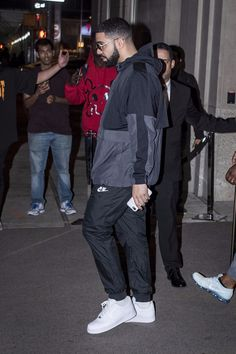 Drake wearing Nike Sneakers and Nike Pants Drake Clothing, Hype Clothing, Mode Streetwear, Streetwear Fashion, Puma Outfit, Drake Outfit, Drake Fashion, Rihanna And Drake, Drake Wallpapers