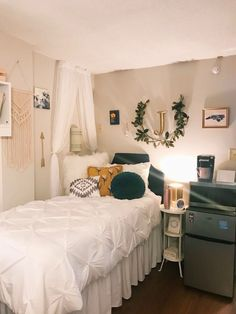 My dorm room at unc chapel hill :) insta: jess_kleinn dorm college decor do College Bedroom Decor, Boho Dorm Room, Cute Dorm Rooms, College Dorm Decorations, Dorms Decor, Teen Bedroom, College Apartment Bedrooms, Gray Room Decor, Tomboy Bedroom