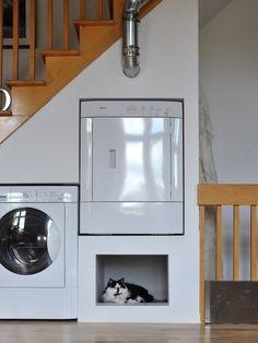 Escada com nichos para apoiar maquina de lavar roupa, secadora e espaço para o animal de estimação.
