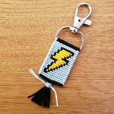 Floss Bracelets, Diy Bracelets Easy, Bracelet Crafts, Friendship Keychains, Diy Friendship Bracelets Patterns, Embroidery Bracelets, Hand Embroidery, Make Your Own Bracelet, Cute Keychain
