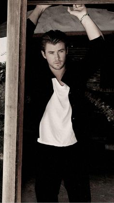 Page iPhone 6 Chris hemsworth Wallpapers HD, Desktop . Celebrity Dads, Celebrity Crush, Celebrity Style, Vampire Diaries, Thor Wallpaper, Iphone Wallpaper, Hemsworth Brothers, Chris Hemsworth Thor, Avengers