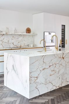 A contemporary kitchen in white and gold. This stunning stone has gold veins! Luxury Kitchen Design, Kitchen Room Design, Luxury Kitchens, Home Decor Kitchen, Interior Design Kitchen, Kitchen Furniture, Home Kitchens, Modern Marble Kitchens, Marble Kitchen Ideas