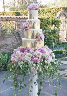 Allow your florist to take your wedding cake to extravagant levels. Allow your florist to take your wedding cake to extravagant levels. Beautiful Wedding Cakes, Gorgeous Cakes, Pretty Cakes, Amazing Cakes, Divorce Cake, Bolo Cake, Couture Cakes, Wedding Cake Inspiration, Wedding Ideas