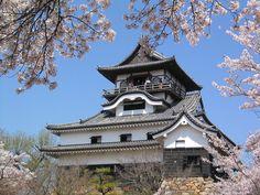 愛知県犬山市には、今でも犬山城が昔のままの姿で残っています。小さな城下町が残っていて、風情もあり、のんびり散歩するにはちょうどいいサイズです。春にはお祭りがあり、秋の紅葉もとってもきれい。名古屋駅から1時間くらいでいけますので、名古屋観光のついでによってはいかがですか?  1.犬山城下町とは?...