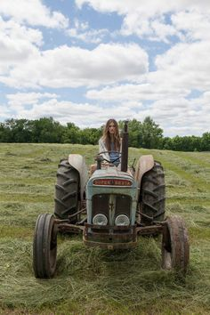 Drive Tractor In Hay Fields Tire Swings, Hot Country Girls, Free People Blog, Country Lifestyle, Pin Up, Farmer's Daughter, Old Tractors, Farms Living, Stars At Night
