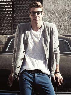 Style inspiration for guys. Loving the geek chic vibe helped by the glasses. Outfit styles for men. Sharp Dressed Man, Well Dressed Men, Geek Chic, Stylish Men, Men Casual, Preppy Casual, Hipster Vintage, Hipster Style, The Cardigans