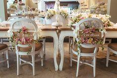 As cadeiras também foram customizadas - Casamento Amanda Abreu e Noman Khan