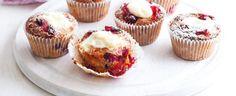 1. Troubu předehřejte na 190 °C. Dvanáctimístnou formu na muffiny vyložte papírovými košíčky. Sýr vidličkou promíchejte s 25 g cukru a dejte na chvíli...