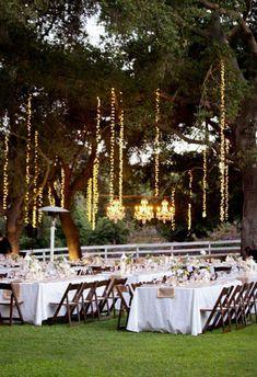 Bröllopsdukning, inspiration på dukat bord och ljusslingor som dekoration. Utomhusbröllop.