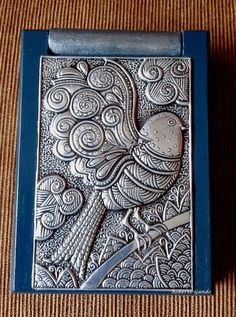 libreta de notas con repujado en aluminio de figura zentangle