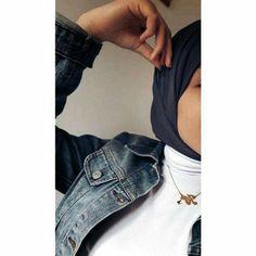 Street Hijab Fashion, Muslim Fashion, Modest Fashion, Fashion Outfits, Girl Photo Poses, Girl Photography Poses, Girl Photos, Hijab Casual, Hijab Chic