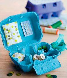 Embalagem de ovos. O formato interno da peça, com divisórias, sugere a adaptação para um novo uso: separar botões, carretéis de linha, alfinetes e agulhas. Para se transformar em organizador, a embalagem de papelão recebeu duas demãos de tinta acrílica (Acrilex), com o período de secagem de uma hora entre elas. Almofadas de tecido - feitas de retalhos da Fernando Maluhy com recheio de manta acrílica - acomodam os alfinetes. O modelo retangular foi fixado na tampa com cola branca. Botões da…