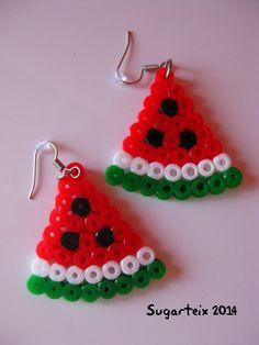 Pendientes sandía en hama midi. Si te gusta puedes adquirirlo en nuestra tienda on-line: http://www.mistertrufa.net/sugarshop/ Ver más en: http://mistertrufa.net/librecreacion/groups/hama-beads/