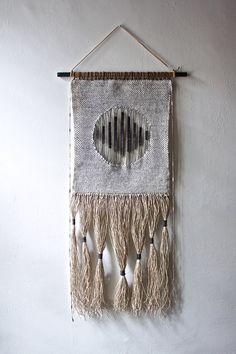 Tenture tissée : Tapisserie tissage dans les tons neutres (noir et gris) avec main teints en fil de laine et de fil de lin