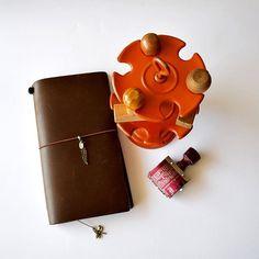 Essentials #midori #midoritn #midorilove #midoritravelersnotebook #travelerscompany #travelersfactory #stamp #トラベラーズノート #手账 #stationery #stationerylove #stampholder #vintageoffice