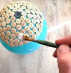 Desentulhe os botões velhos do armário e dê vida a uma tigelinha linda e útil.