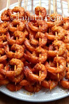 Receta para brochetas o pinchos de camarón asados a la parrilla, preparados con camarones marinados o adobados en una salsa de maracuya y achiote.