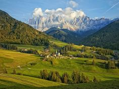 """Luz do Entardecer  """"A cidade de St. Magdalena, Itália, fica na base da cordilheira das Dolomitas, com uma vista incrivelmente bela durante a tarde"""", escreve o fotógrafo John Bragg."""