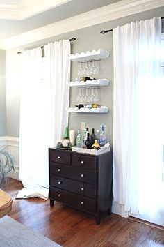 Mini bar to separate kitchen from living room Small Bar Areas, Small Spaces, Home Decoracion, Latte, Dining Room Bar, Small Bars, In Vino Veritas, Home And Living, Living Room