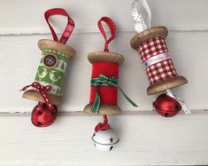 Weihnachten-Spule hängen Dekorationen Vintage wooden spools with festive twist! A lovely touch to any Christmas tree! Available in red, green or gingham.Measuring approximately 10 cm, not including hanging ribbon.Please state which design colours you. Christmas Ornaments To Make, Christmas Sewing, Homemade Christmas, Christmas Projects, Holiday Crafts, Christmas Crafts, Christmas Decorations, Hanging Decorations, Christmas Tree