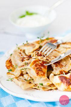 Pierogi z mięsem, z wody lub odsmażane, z farszem z dodatkiem ziół, śmietanki i żółtego sera.  http://dorota.in/pierogi-z-miesem/  #food #kuchnia #przepis #pierogi