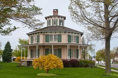 Akron, NY  Rich-Twinn Octagon House (1849), built in Greek Revival Style with an Italianate cupola