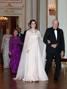 Kate Middleton in Alexander McQueen Evening Gown in Oslo - The Duchess of Cambridge Attends Royal Dinner in Norway Moda Kate Middleton, Kate Middleton Photos, Kate Middleton Style, Middleton Wedding, Blush Gown, Princesa Mary, Grecian Goddess, Estilo Real, Maternity Gowns