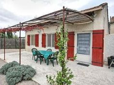 Vakantiehuis in Provence-Côte d'Azur in Saint-Rémy-de-Provence (Frankrijk)  Vrijstaand vakantiehuis op slechts 2 km van Saint-Rémy-de-Provence 20 km ten zuiden van Avignon. Het huis is gelegen aan de rand van een terrein waar zich het bedrijf van de eigenaren bevindt. Hier worden in kassen aromatische planten als rozemarijn en tijm gekweekt. In het levendige Saint-Rémy vindt u talrijke restaurants en terrasjes trendy winkeltjes en kunstgaleriën. U kunt er terecht voor alle boodschappen en de…