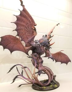 What's On Your Table: Custom Winged Hive Tyrant - Faeit Warhammer News and Rumors Warhammer 40k Tyranids, Warhammer 40000, Fantasy Battle, Fantasy Weapons, Warhammer Models, Warhammer Fantasy, Warhammer Conquest, Creepy Monster, Alien Creatures