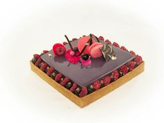 Tarte vanille/cassis : Pâte sucrée praliné / Biscuit financier / Confit cassis framboise / Mousse vanille Tahiti / Glaçage miroir violet / fruits rouge / Décors chocolat