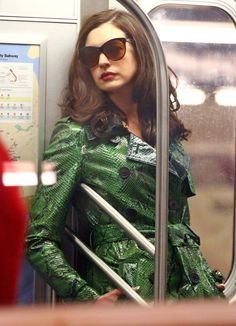 Anne Hathaway as Daphne Kluger in Ocean's - onlyanniehathaway Helena Bonham Carter, Anne Hathaway, Ocean's Eight, Oceans 8, Trench Coat Style, Most Beautiful People, Poses For Photos, Badass Style, Summer Chic