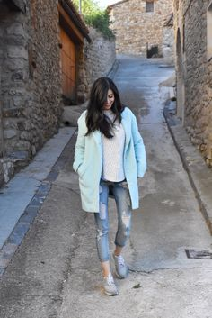 Nature - midilema (midilema.com) Claudia Peris is wearing Mango jeans, Zara blue shirt and jumper, She In grey coat, Lince Shoes footwear, and backpack.