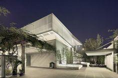 Vista nocturna desde el exterior. Casa Shunyi por ReMIX Studio. Fotografía ©️ Xiazhi,reMIX Studio.